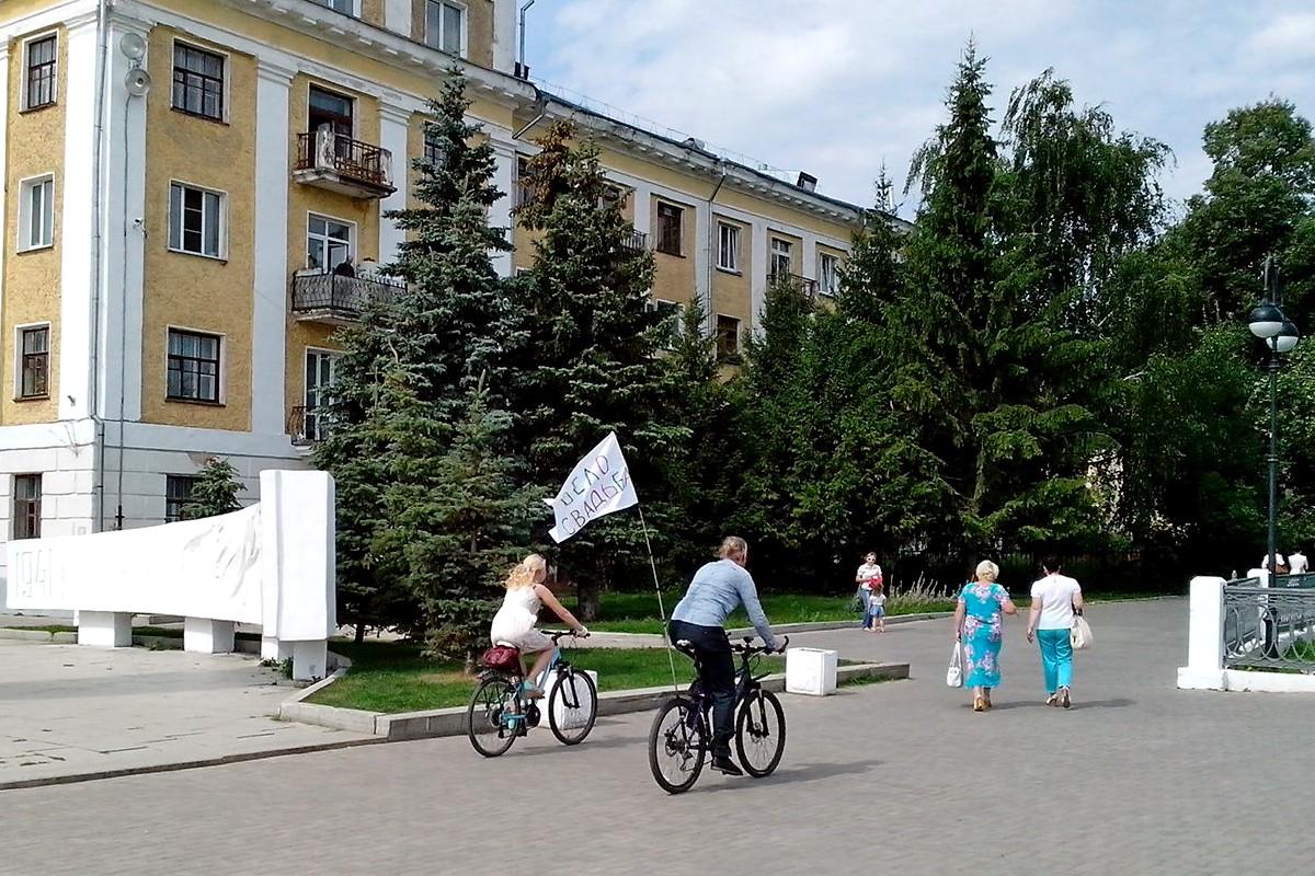 Велосипедная свадьба в Кирове на Набережной Грина около Вечного огня. Плакат Велосвадьба