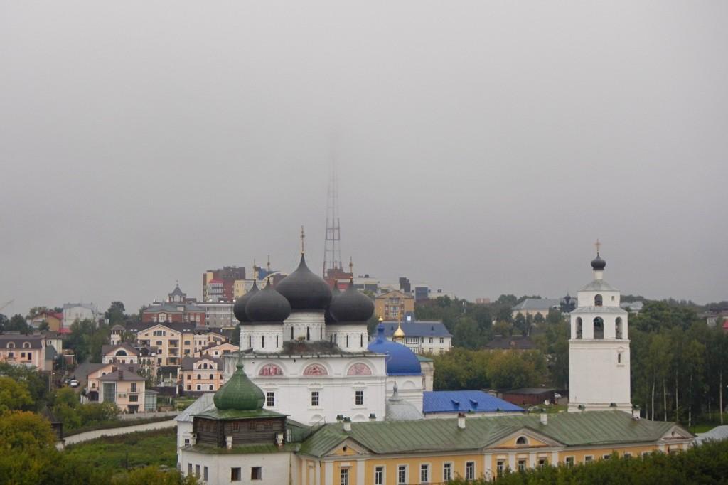 Вид с набережной у лестницы на скрытую облаками кировскую телебашню, улицу водопроводную и монастырь