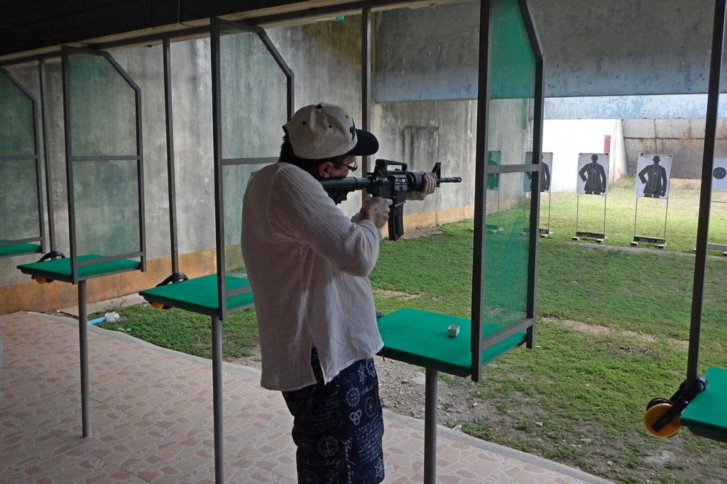 Лёшка стреляет из винтовки на стрельбище Ao Nang shooting range