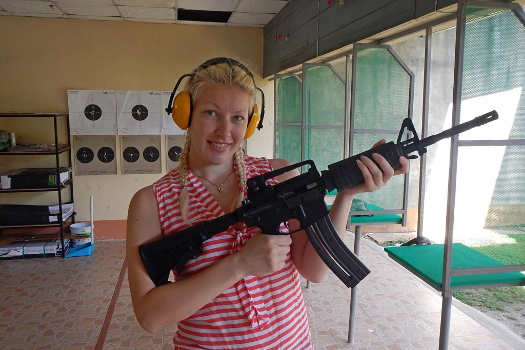 Наташа и  винтовка на стрельбище Ao Nang shooting range