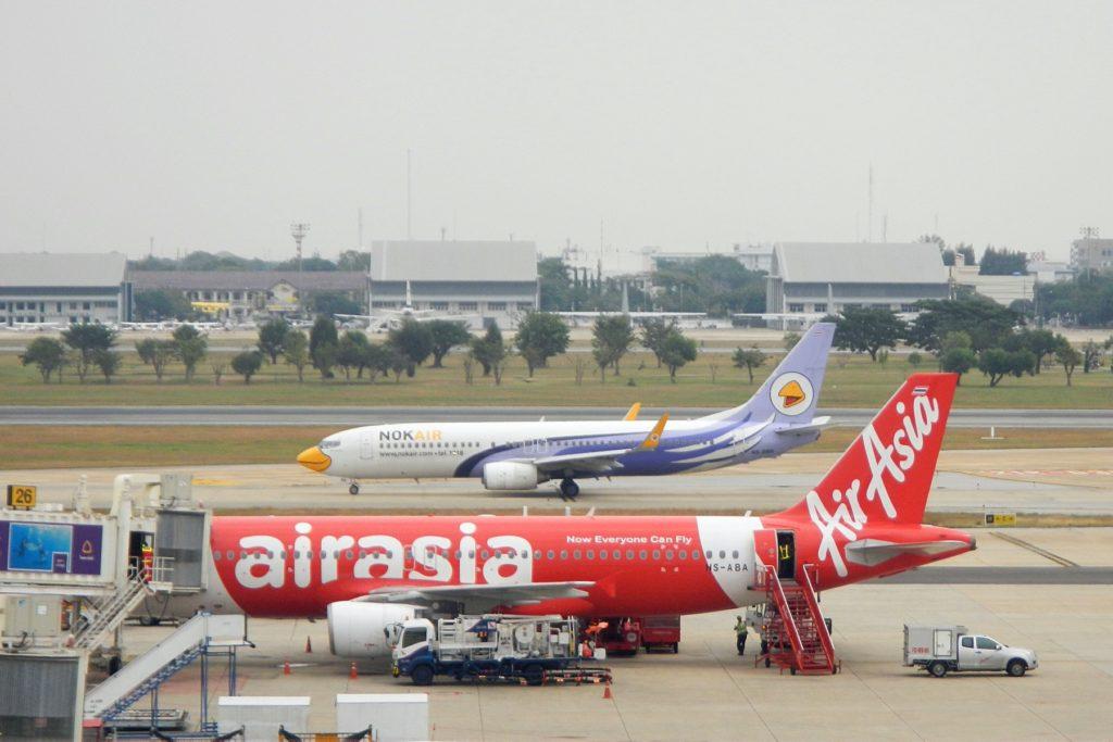 Самолёты AirAsia и NokAir в аэропорту Дон Муанг (Бангкок)