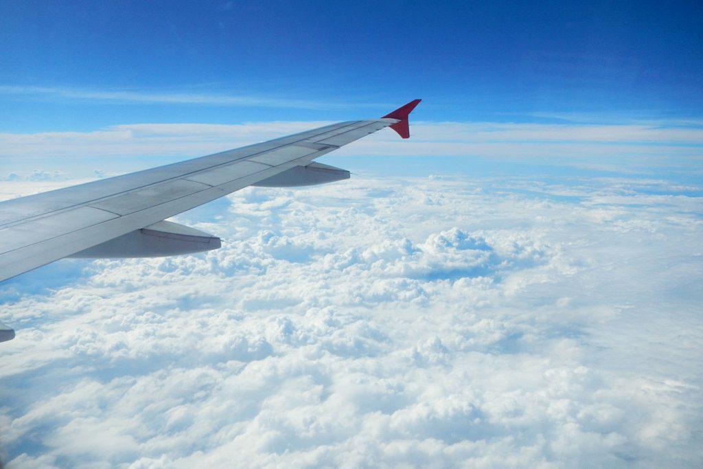 облака под крылом самолёта