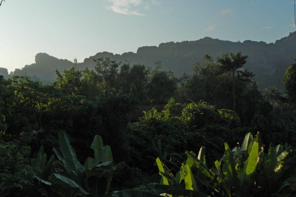 Вид с балкона на утренние горы в Ао Нанге