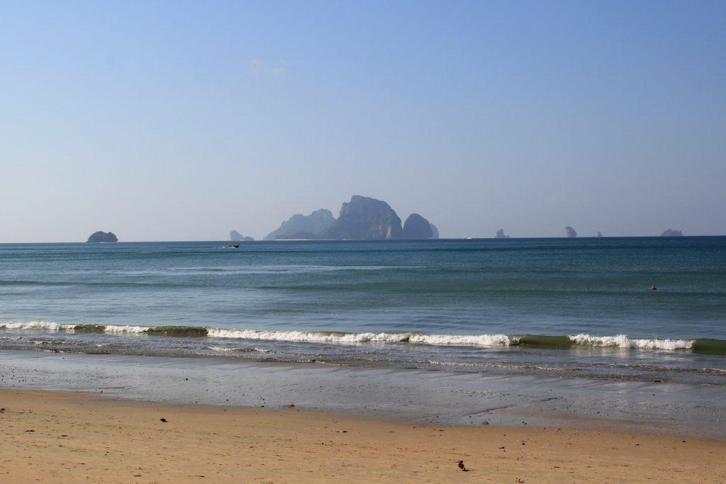 море и скалы-острова пляжа Ао Нанг