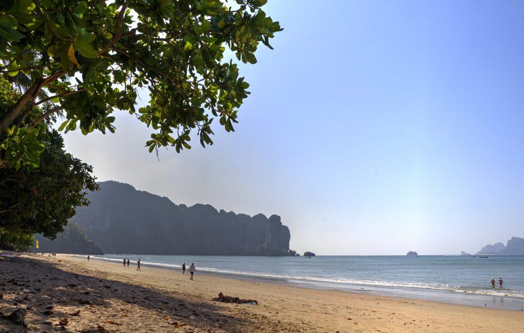 Пляж Ао нанг и известняковые горы, за которыми находится пляж Рейли
