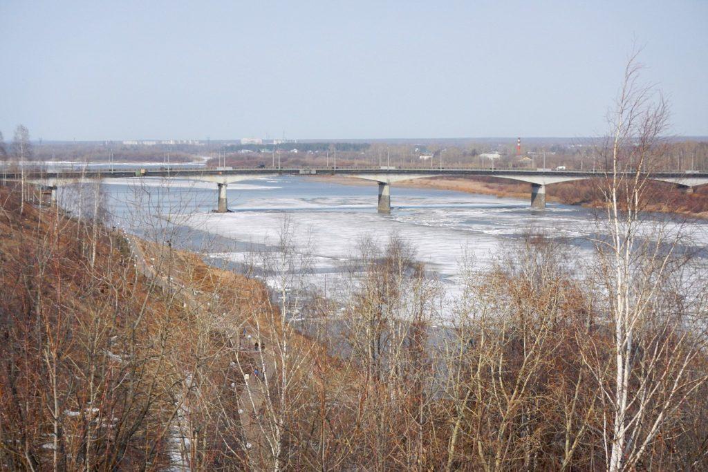 Лёд на Вятке упёрся в опоры моста