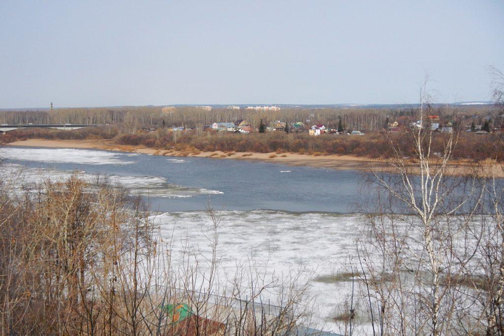 Льдины на реке Вятке и затопленный пляж