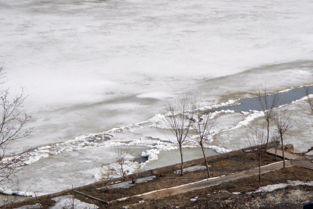 Затёртые у левого берега Вятки льдины