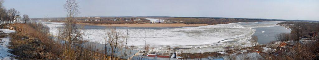 Панорама ледового поля на реке Вятке в районе старого моста