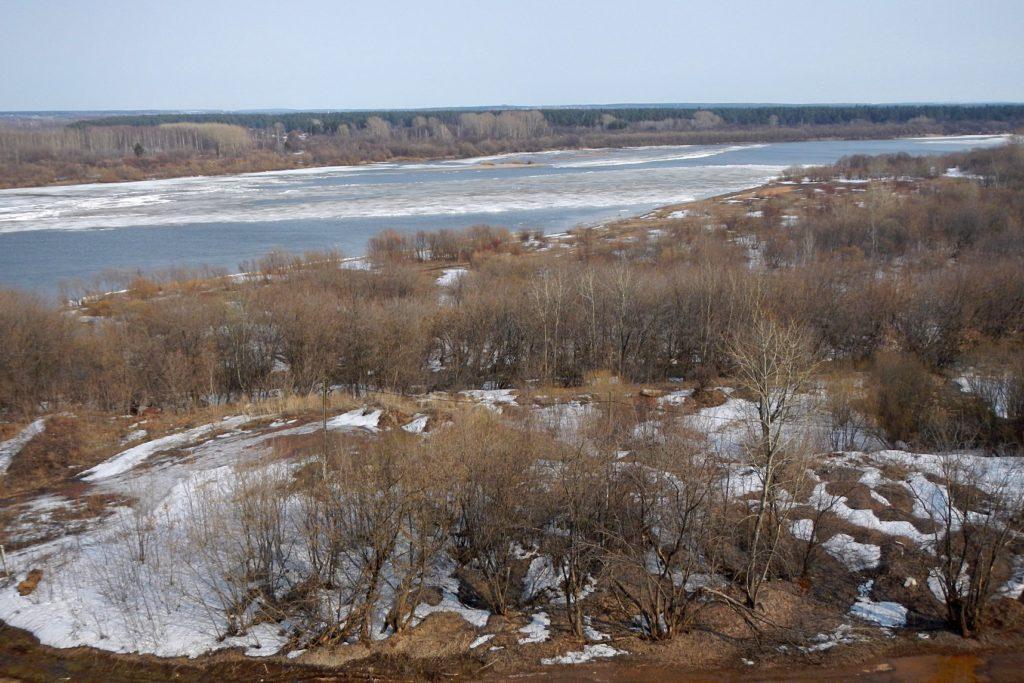 Лёд на вятке и частично заснеженный берег