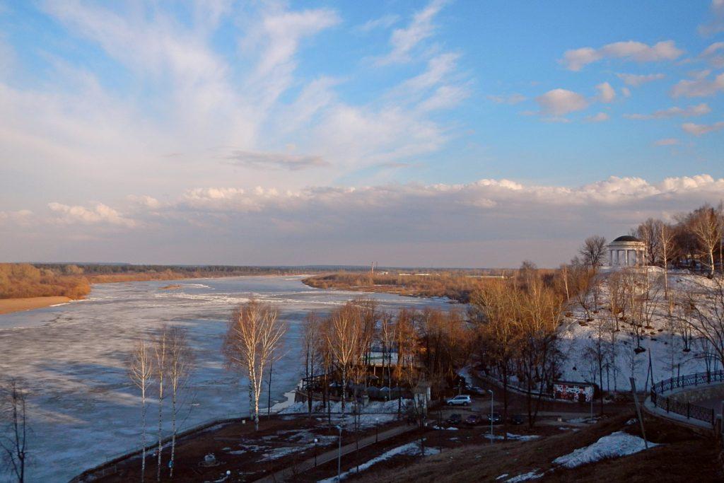 Лёд на Вятке, ротонда в Александровском саду и снежные проплешины на берегу