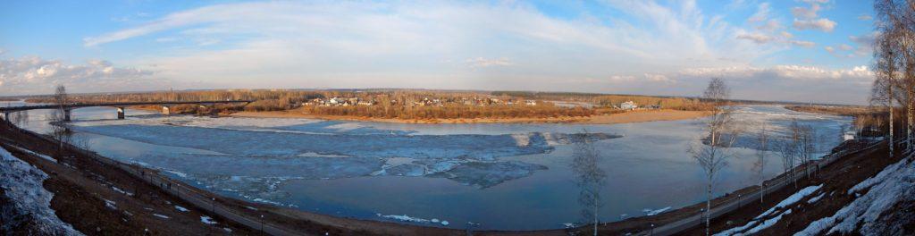 Панорама реки Вятки рядом со старым мостом. Несколько огромных льдин на реке, упёршихся в мост.