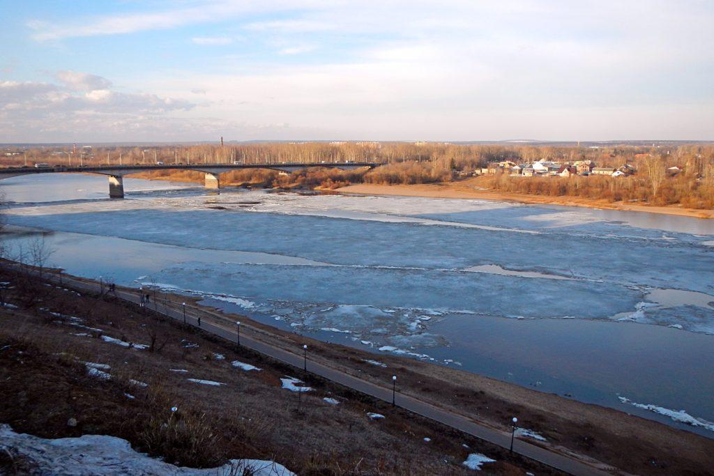 Льдины на Вятке рядом со старым мостом