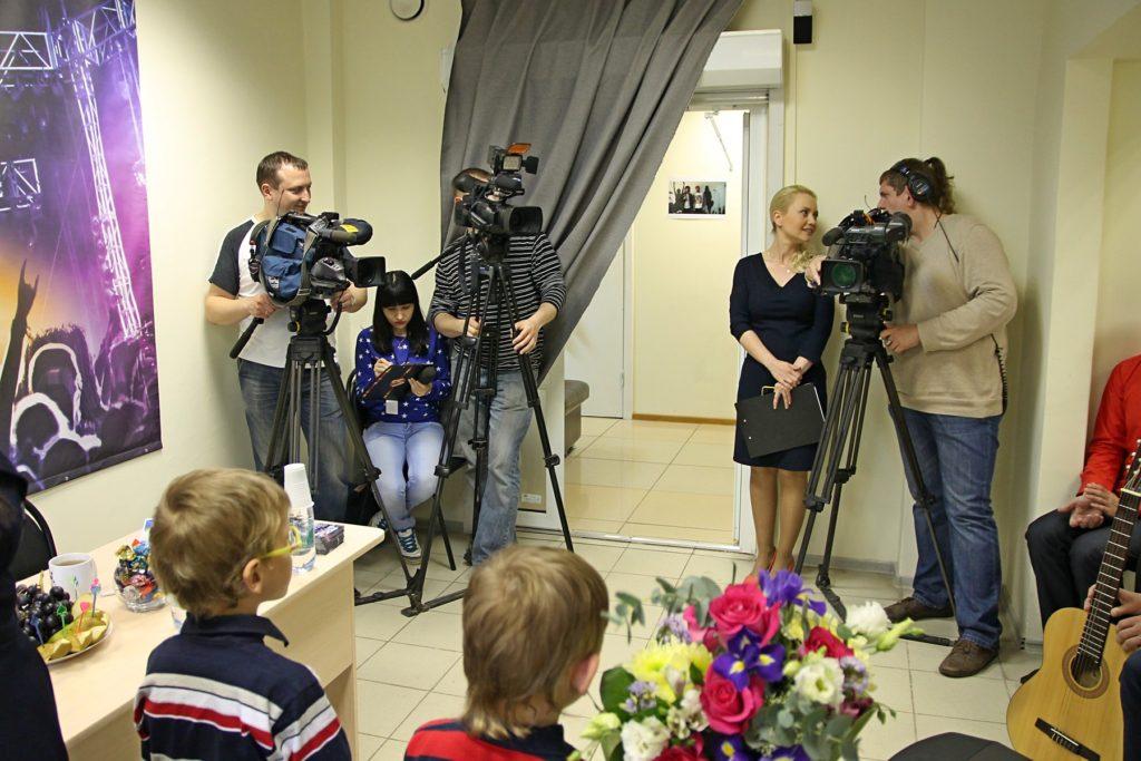 Операторы и корреспонденты ждут прихода Елены Ваенги в школе рока Rock Sras School Киров