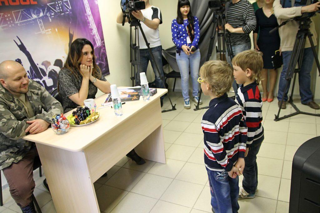 Близнец Кирилл и Максим перед Еленой Ваенгой