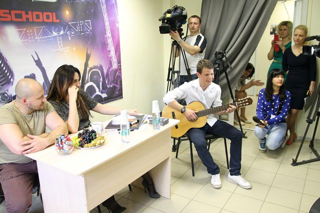 Олег Малков исполняет песню «Гореть» Lumen
