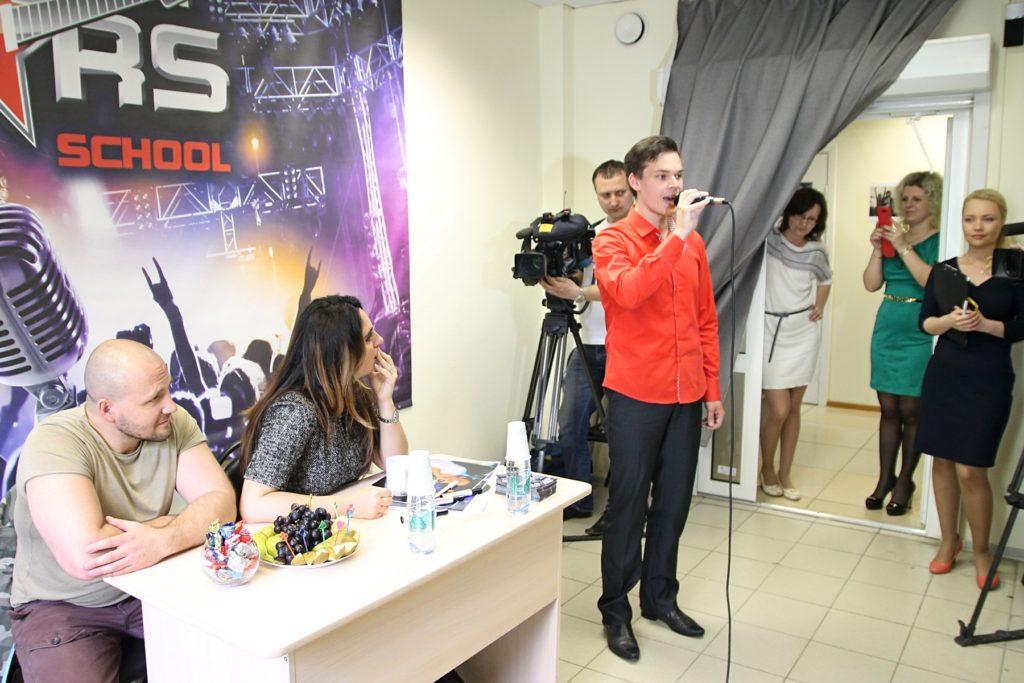 Михаил Пестов исполняет песню «По дороге домой»