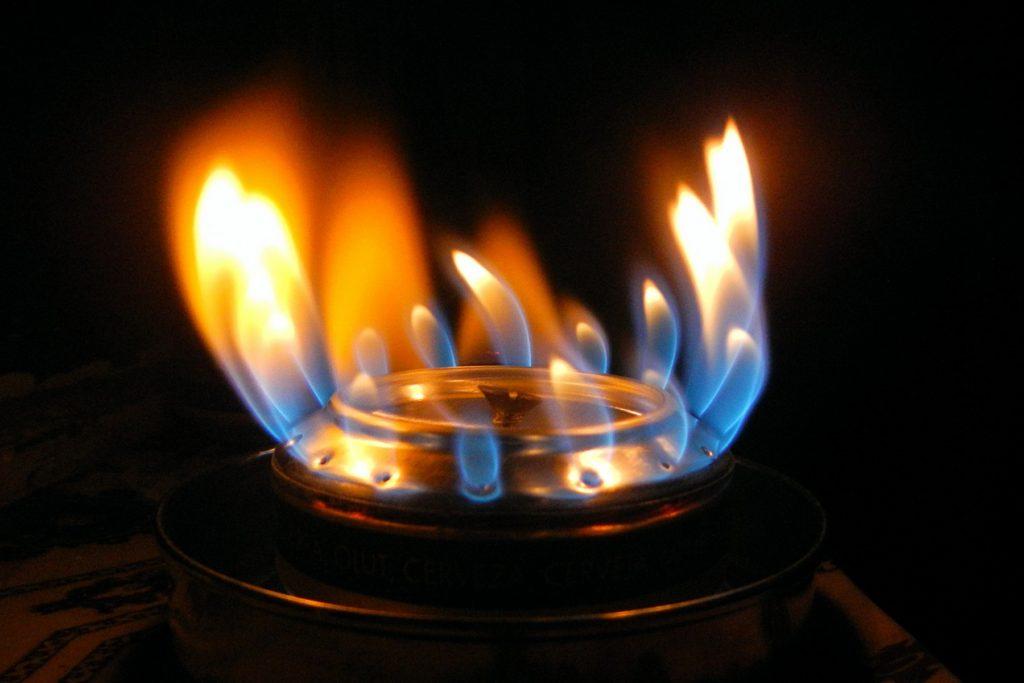 огонь самодельной выживальщической спиртовка из пивных банок