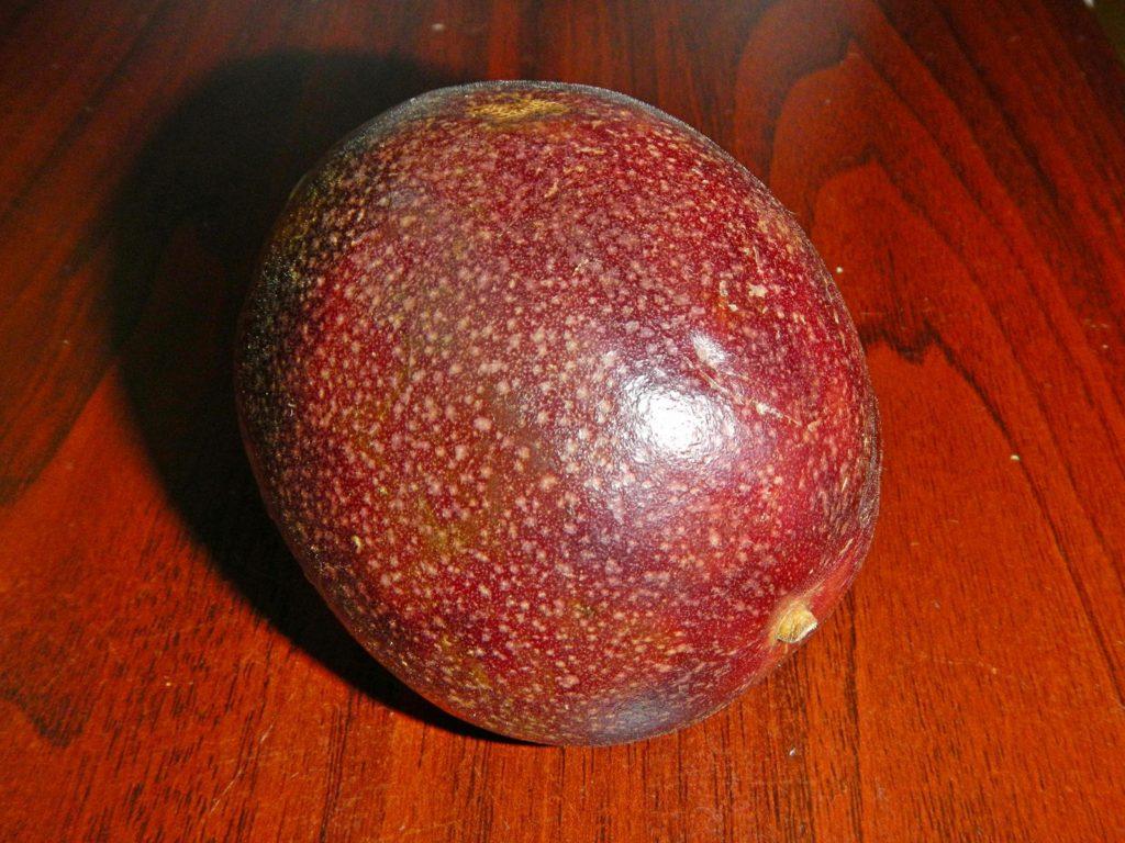 не вскрытый плод маракуйи