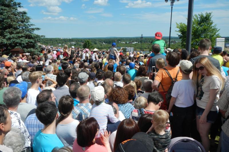 Толпа на набережной перед выступлением «Русских Витязей»