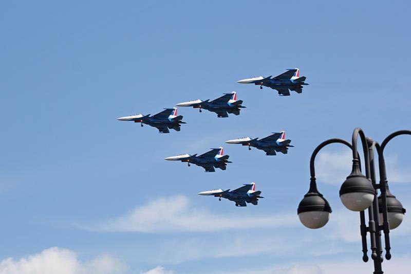 «Русские Витязи» в небе над Кировом и фонарь набережной