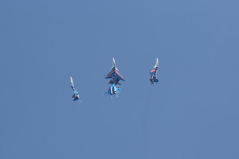 «Русские Витязи» делают фигуру высшего пилотажа «тюльпан»