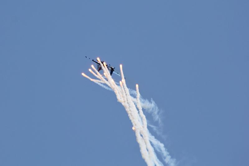 Истребитель «Русских Витязей» делает отстрел тепловых мишеней