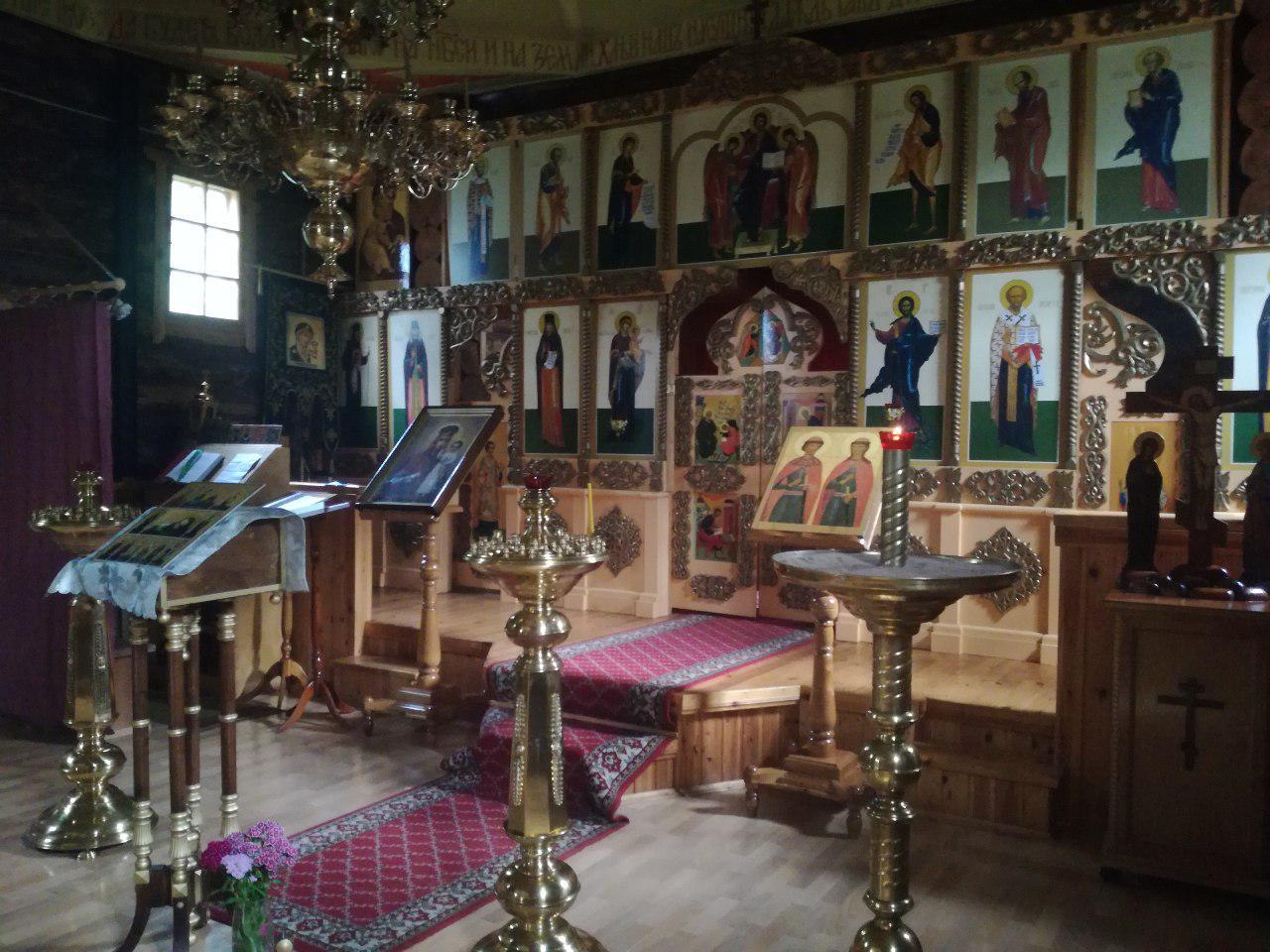 Внутри деревянной церкви в Никульчино (иконостас)
