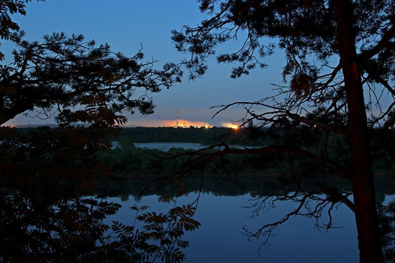 Ночной пейзаж: вид на реку Вятку с высокого берега рядом с Никульчино, туманы на заливных лугах и огни КЧХК (Кирово-Чепецкого химзавода)