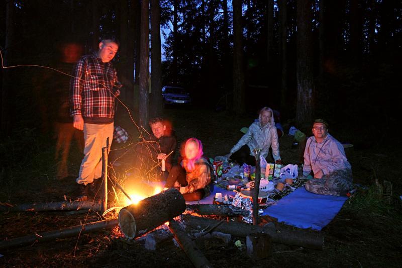 Наша компания у костра - ночное фото с треками искр от огня