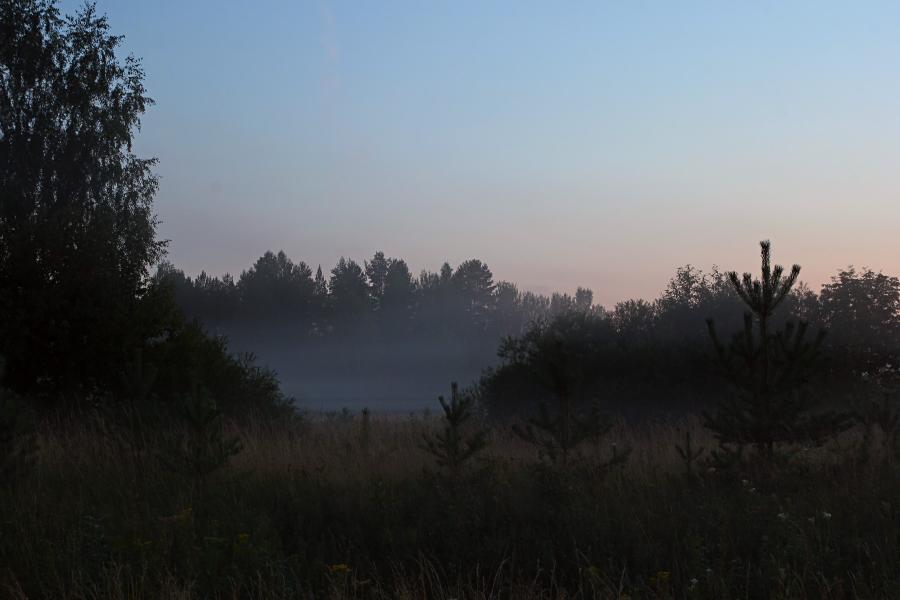 Поздний вечер, закат, туман опускается на луга в верховьях Вятки недалеко от Кирса