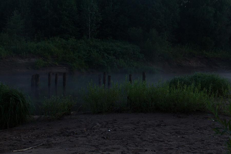 Старые опоры деревянного моста в ночном тумане в верховьях Вятки недалеко от Кирса