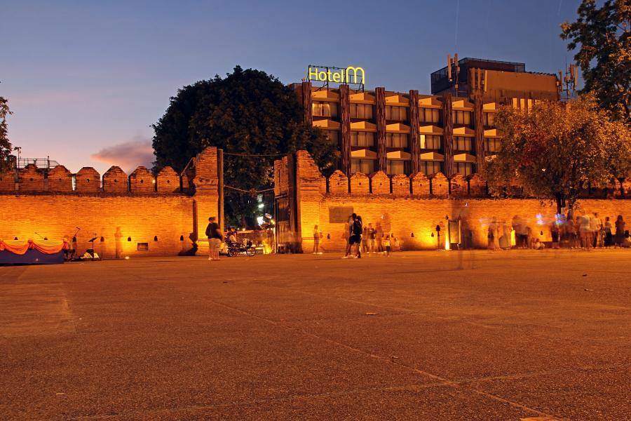 Ночной Чиангмай: Tapae gate - восточные ворота старого города и площадь перед ними. Самый центр и основное место прогулок и уличных выступлений