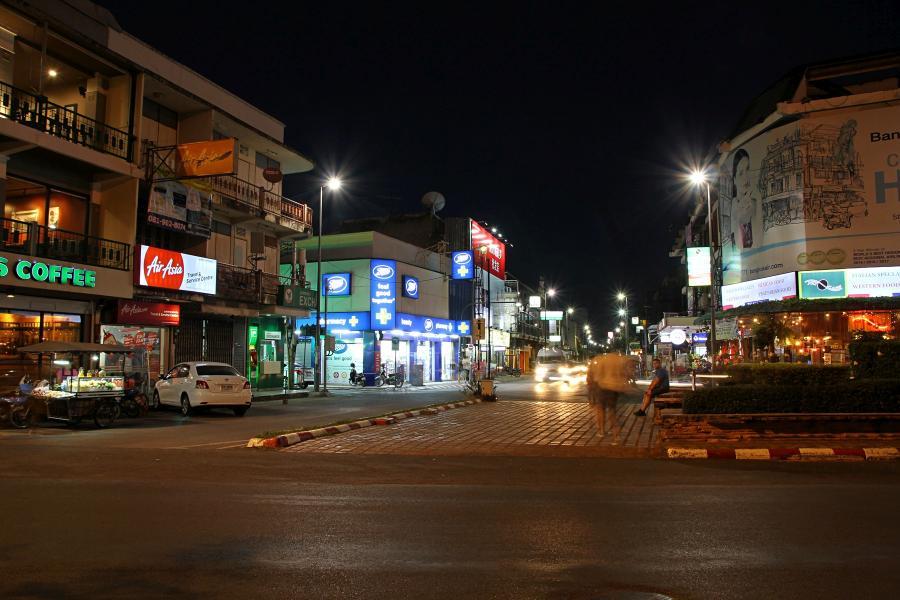 Ночной Чиангмай: перекрёсток рядом с Tapae gate, тайские домики, старбакс и автомобили