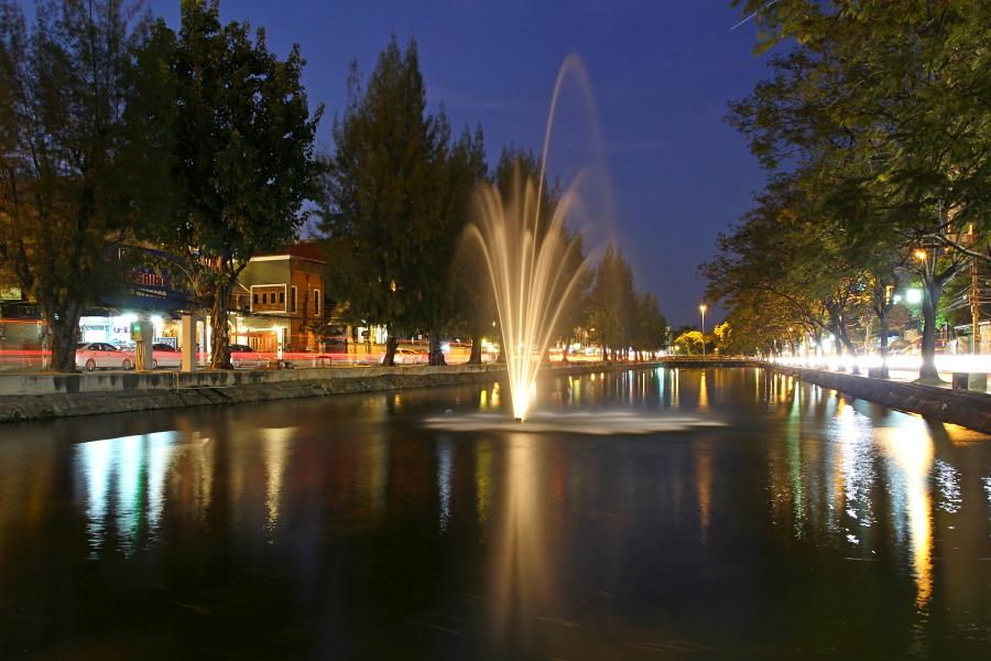Ночной Чиангмай: фонтан в канале, окружающем старый город