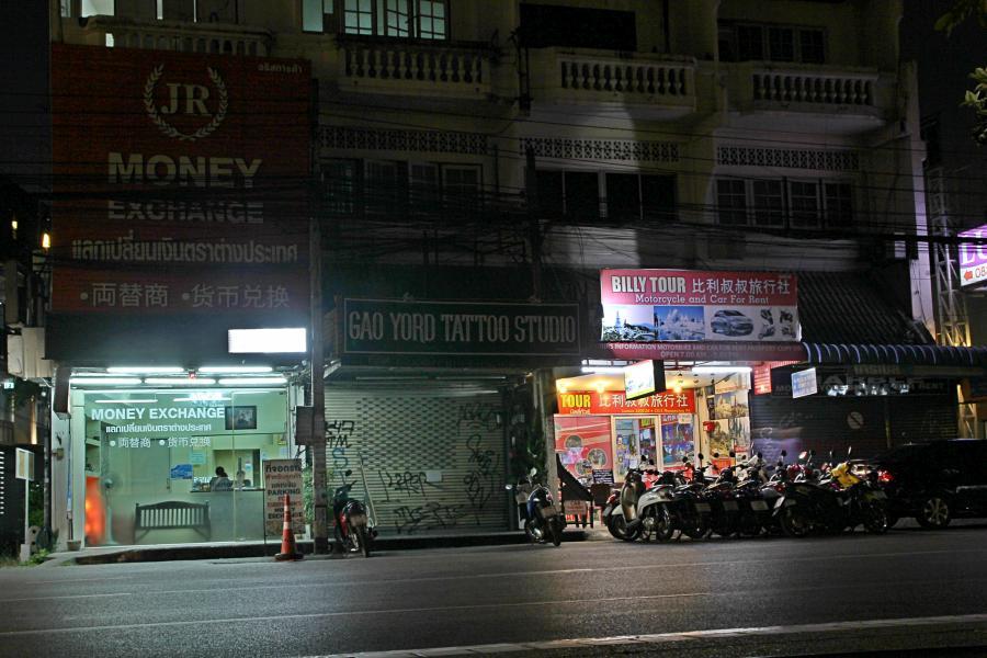 Ночной Чиангмай: стоянка мотороллеров и обмен валют