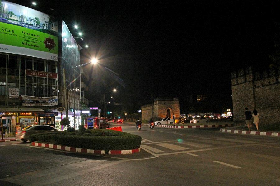 Ночной Чиангмай: перекрёсток у северных ворот