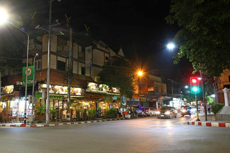 Ночной Чиангмай: перекрёсток в центре, почти фахверковый домик и магазинчики на первом этаже