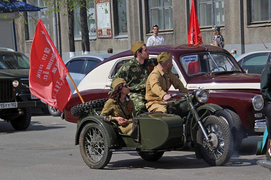 Мотоцикл с коляской и красным знаменем - парад ретроавтомобилей в День Победы 9 мая 2019 г. в Кирове
