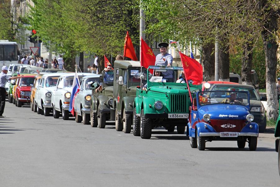 Парад ретроавтомобилей в День Победы 9 мая 2019 г. в Кирове на ул. Спасской