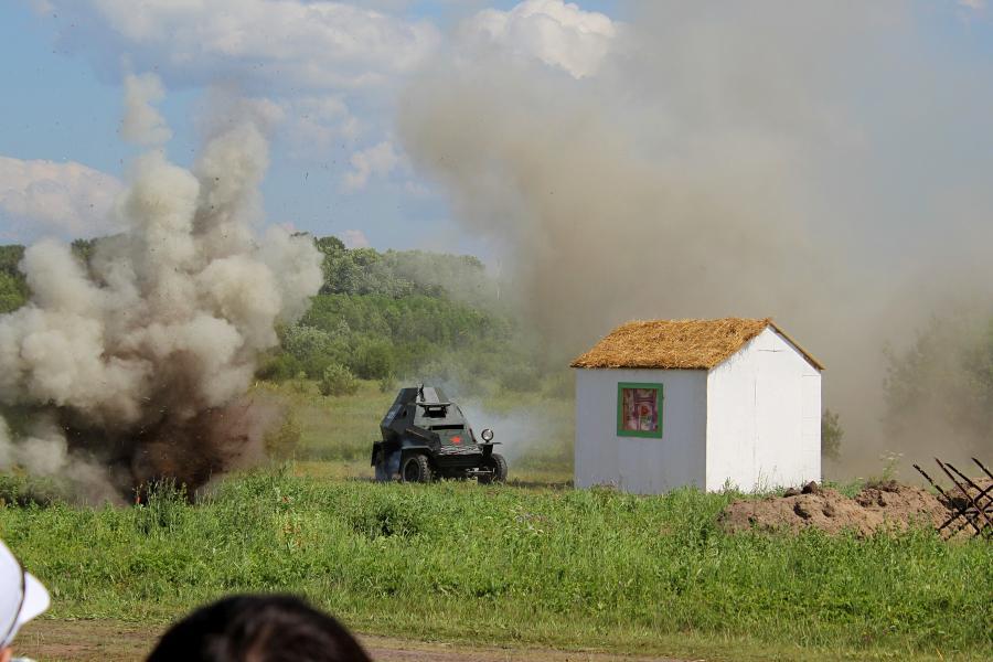 Артобстрел: взрывы вокруг доиков деревни и бронеавтомобиля - реконструкторский фестиваль «Живая история» 2019
