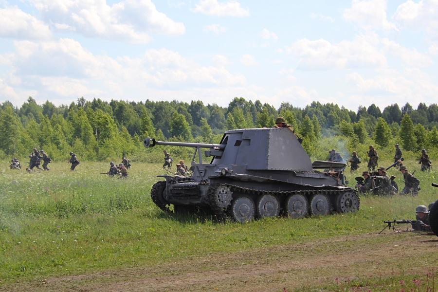 Наступление немецких войск при поддержке САУ - реконструкторский фестиваль «Живая история» 2019