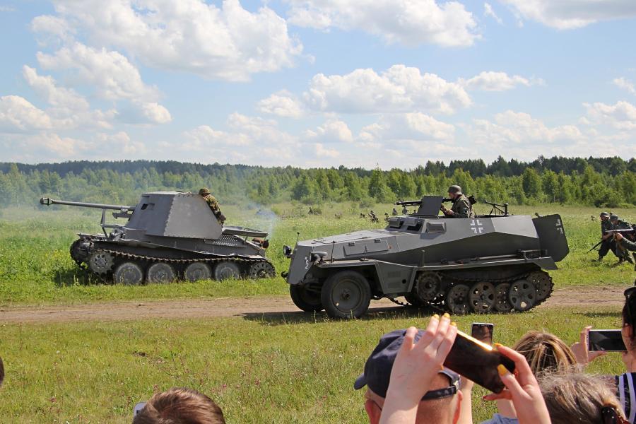 немецкая техника на марше: САУ и бронетранспортер SDKFZ 250 - реконструкторский фестиваль «Живая история» 2019