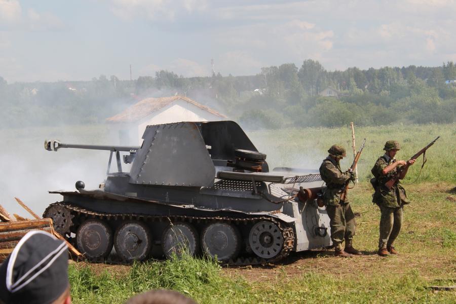 немецкая самоходная установка в дыму - реконструкторский фестиваль «Живая история» 2019