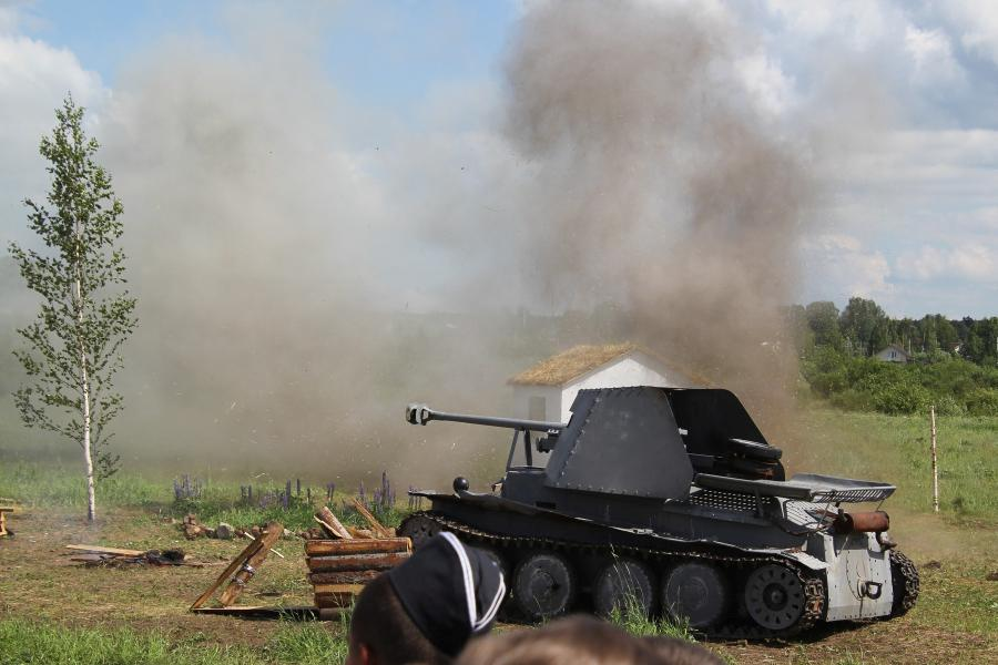 Взрывы в деревне рядом с немецкой бронетехникой - реконструкторский фестиваль «Живая история» 2019