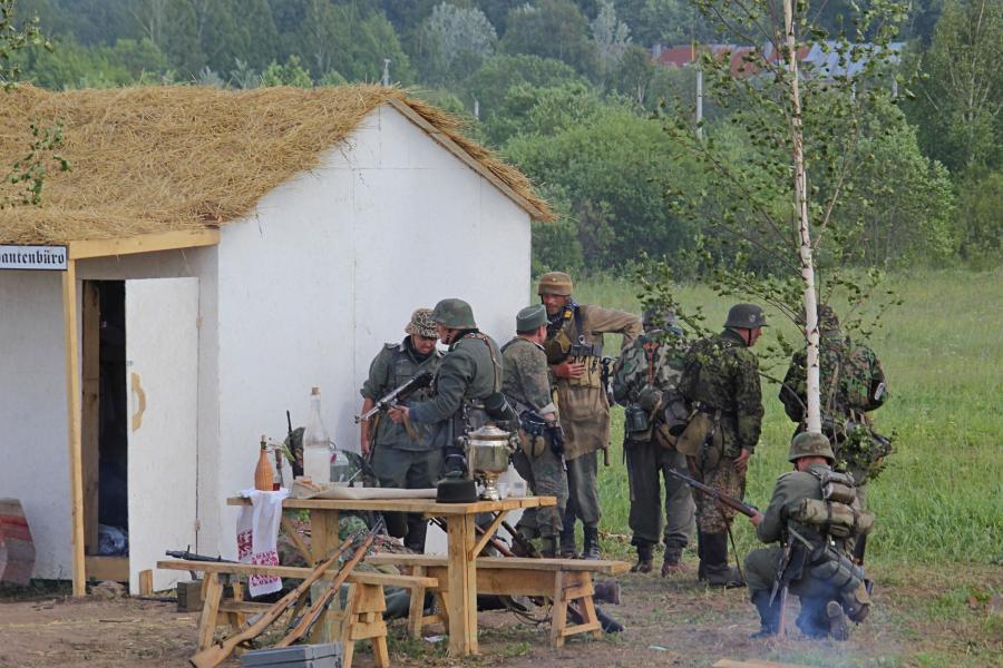 немецкие войска скрываются за деревенским домом - реконструкторский фестиваль «Живая история» 2019