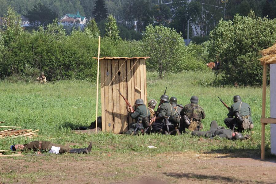 немецкие войска прячутся за деревянным сортиром - реконструкторский фестиваль «Живая история» 2019