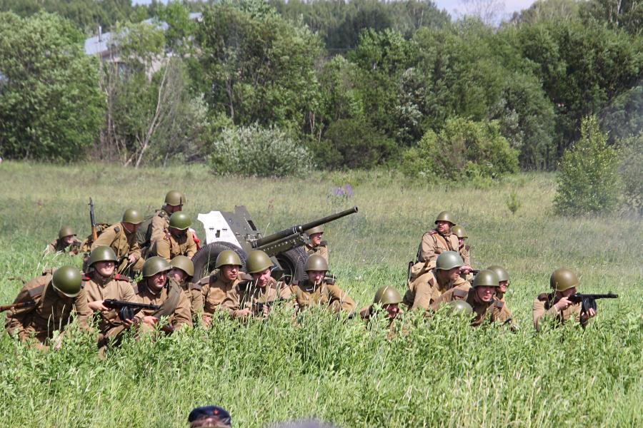 Советская пехота и артиллерия залегла рядом с деревней - реконструкторский фестиваль «Живая история» 2019