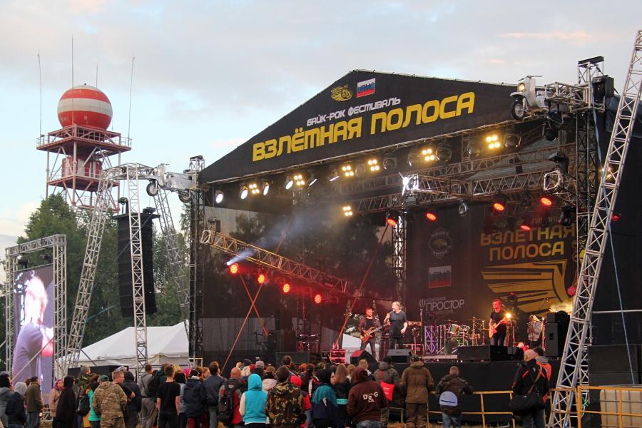 Сцена байк-рок фестиваля «Взлётная полоса» 2019