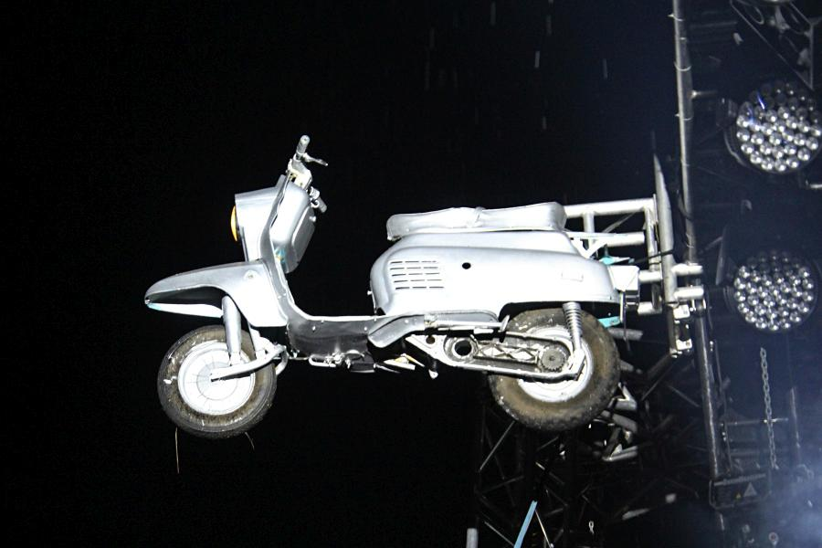 Мотороллер подвешенный на опорах сцены, байк-рок фестиваль «Взлётная полоса» 2019, день 1, аэродром Кучаны
